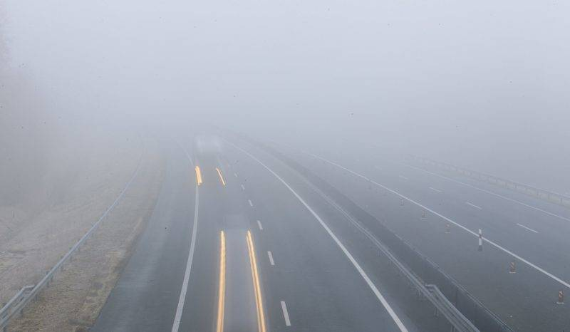Nagykanizsa, 2017. február 16. A hosszú expozíciós idõvel készült felvételen jármûvek haladnak a sûrû ködben az M7-es autópályán Nagykanizsa közelében 2017. február 16-án. MTI Fotó: Varga György