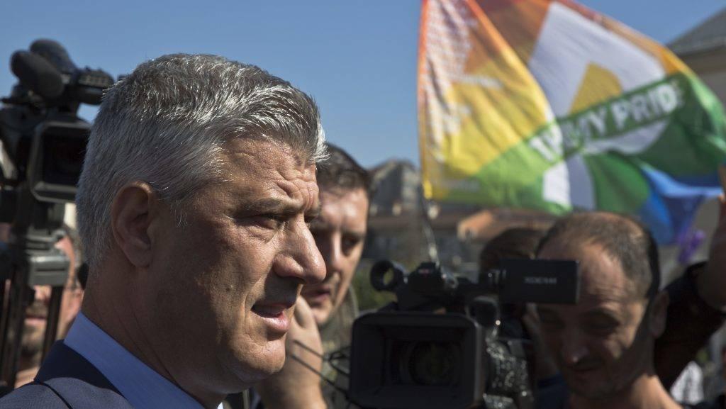 Pristina, 2017. október 10. Hashim Thaci koszovói elnök (b) részt vesz az elsõ alkalommal megrendezett koszovói melegfelvonuláson Pristinában 2017. október 10-én. (MTI/AP/Visar Kryeziu)