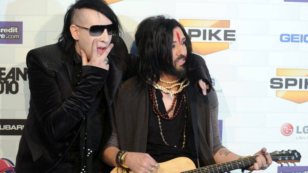 """Musicians Marilyn Manson (L) and Twiggy Ramirez arrive at the 5th annual """"Scream Awards"""" at the Greek Theatre in Los Angeles, California on October 16, 2010. AFP PHOTO / GABRIEL BOUYS / AFP PHOTO / GABRIEL BOUYS"""