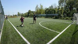 Diósjenõ, 2015. május 30. Gyerekek fociznak az újonnnan átadott Börzsöny Sportcentrum mûfüves labdarúgópályáján Diósjenõn 2015. május 30-án. A létesítményben teniszpályák, edzõtermek, világítással ellátott mûfüves futballpálya várja a látogatókat. A beruházás közel 60 millió forintból valósult meg az Európai Unió társfinanszírozásával. MTI Fotó: Komka Péter