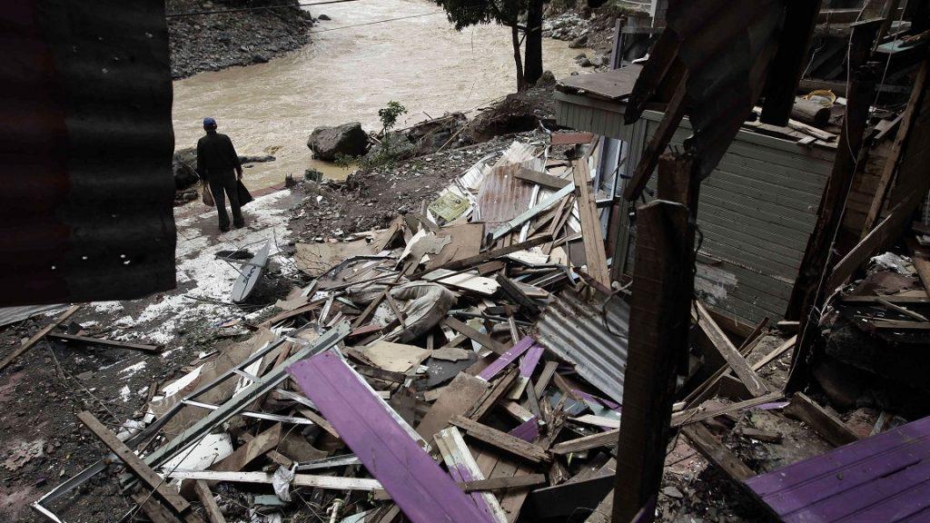 San José, 2017. október 7. Összedõlt házak a Costa Rica-i fõváros, San José Los Anonos negyedében 2017. október 6-án, miután a Nate trópusi vihar végigsöpört a térségen. Legalább kilenc ember élettét vesztette, huszonöt sorsa egyelõre ismeretlen. (MTI/EPA/Jeffrey Arguedas)