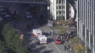 New York, 2017. október 31. Videofelvételrõl készült kép rendõrökrõl és mentõsökrõl egy tûzharc helyszínén, a New York Manhattan városrészében levõ Stuyvesant középiskolánál 2017. október 31-én. (MTI/AP/NYPD/Martin Speechley)