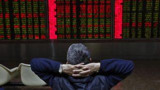 Peking, 2016. november 9.A tőzsdei árfolyamokat nézi egy befektető egy kijelzőn Pekingben 2016. november 9-én, az amerikai elnökválasztás másnapján. (MTI/EPA/Ho Hvi Jang)
