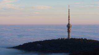 Pécs, 2013. január 1. A ködből kiemelkedő Misina tetői tévétorony Pécsen 2013. január 1-jén. MTI Fotó: Sóki Tamás