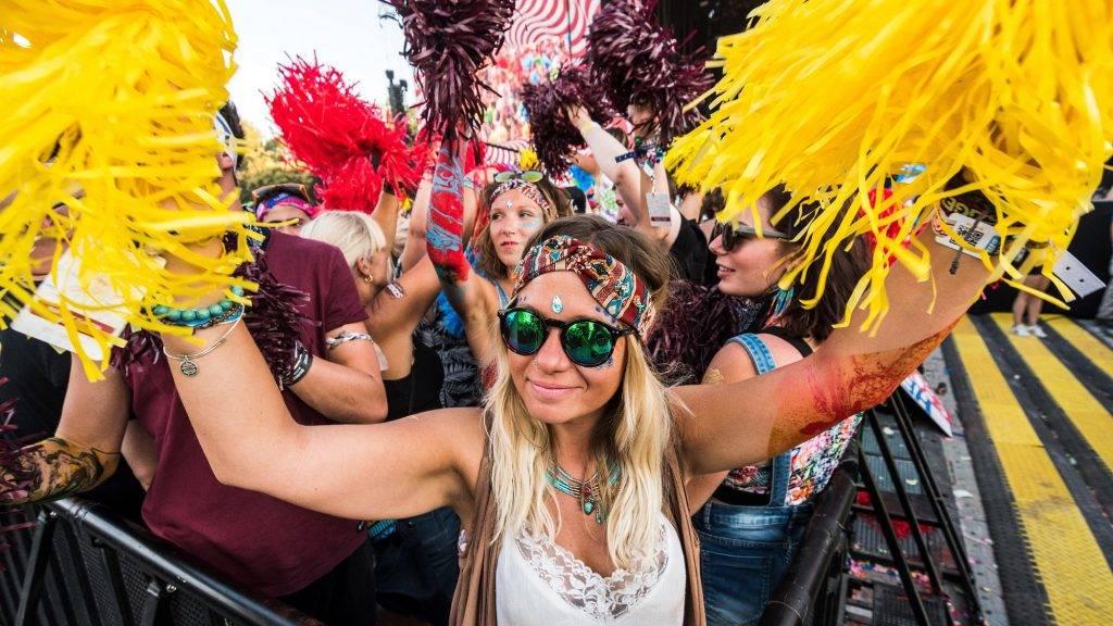 Budapest, 2017. augusztus 14. Fesztiválozók a pom-pom parti nevû eseményen a Nagyszínpad elõtt a Hajógyári-szigeten a 25. Sziget Fesztivál negyedik napján 2017. augusztus 14-én. MTI Fotó: Mónus Márton