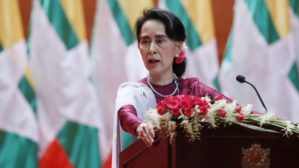 Najpjido, 2017. szeptember 19. Az állami tanácsadóként miniszterelnöki feladatokat ellátó Aung Szan Szú Kji mianmari külügyminiszter felszólal a mianmari parlamentben, Najpjidóban, ahol elítélte a kisebbségi rohingják elleni jogsértéseket, és a vétkesek felelõsségre vonását ígérte 2017. szeptember 19-én. Augusztus 25-én rohingja felkelõk rendõrõrsöket támadtak meg a többségében buddhista Mianmar Arakán államában, ahol több mint egymillió jogfosztott muszlim rohingja él. A hadsereg válaszlépése nyomán mintegy 400 ember életét vesztette, és több mint 410 ezer rohingja menekült el a szomszédos Bangladesbe. (MTI/EPA/Hein Htet)