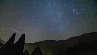 白川郷とオリオン座流星群