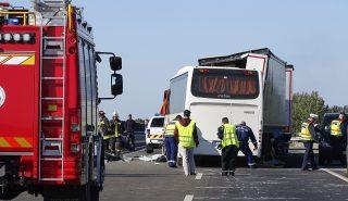 Kecskemét, 2017. október 9. Rendõrök és tûzoltók dolgoznak egy összeroncsolódott busz mellett 2017. október 9-én az M5-ös autópályán, Kecskemétnél, ahol két teherautó és egy rendõröket szállító busz ütközött össze. A balesetben ketten meghaltak. MTI Fotó: Donka Ferenc