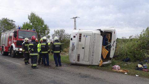 Tótkomlós, 2017. október 6. Kerekeire állítanak egy oldalára borult autóbuszt a tûzoltók a Tótkomlós és Kaszaper közötti úton 2017. október 6-án. A balesetnek három súlyos sérültje van, az utasok többsége az elsõdleges információk alapján könnyebben sérült. MTI Fotó: Donka Ferenc