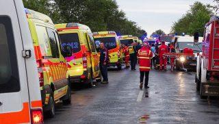 Tótkomlós, 2017. október 6. Mentõautók 2017. október 6-án a Tótkomlós és Kaszaper közötti úton, ahol az oldalára borult egy autóbusz. A balesetnek három súlyos sérültje van, az utasok többsége az elsõdleges információk alapján könnyebben sérült. MTI Fotó: Donka Ferenc