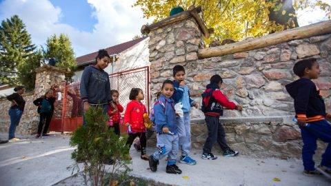 2017.10.09. Fél egykor a szülők a kapuban várják a gyerekeket az óvoda előtt. Sok szülő mivel nem dolgozik így délutánra hazaviszik a gyerekeket.