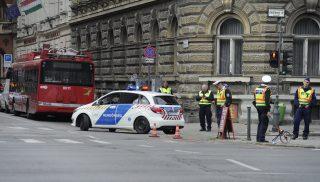 Budapest, 2017. szeptember 30. Helyszínelõk dolgoznak az Andrássy út és Izabella utca keresztezõdésében, ahol trolibusz gázolt el két gyalogost 2017. szeptember 30-án. Egyikük könnyebben sérült, de a másik súlyos, életveszélyes sérüléseket szenvedett. Egy külföldi turistacsoport két tagja figyelmetlenül lépett le az úttestre, s ekkor történt a gázolás. MTI Fotó: Mihádák Zoltán
