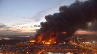 Moszkva, 2017. október 8. Tûz pusztít Moszkva melletti Szindika bevásárlóközpontban 2017. október 8-án. (MTI/EPA/Makszim Sipenkov)