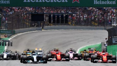 Drivers power their cars during the start of the Brazilian Formula One Grand Prix, at the Interlagos circuit in Sao Paulo, Brazil, on November 12, 2017. / AFP PHOTO / Nelson ALMEIDA