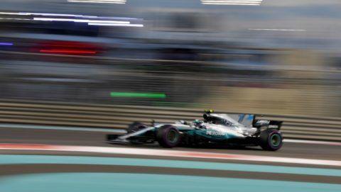 Mercedes' Finnish driver Valtteri Bottas steers his car during the Abu Dhabi Formula One Grand Prix at the Yas Marina circuit on November 26, 2017. / AFP PHOTO / Andrej ISAKOVIC