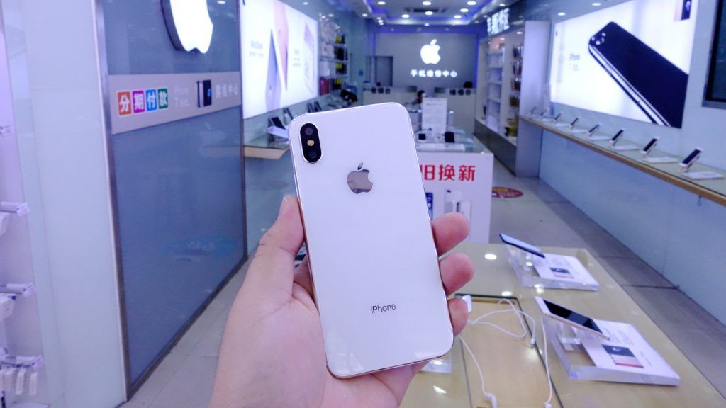 --FILE--A customer tries out an Apple's iPhone X smartphone at a smartphone store in Shenzhen city, south China's Guangzhou province, 30 October 2017.  Apple Inc. said it is working on a fix for its iPhone X smartphones, after reports that their screens are unresponsive when cold, but did not comment on a green line some have reported seeing on the model's screen. The response came after many users, including in China, reported the screen malfunction. A Sina Weibo user said that his iPhone X screen once stopped working for two to three seconds when he was in a northern China city where the temperature was between -1 and -2 degrees Celsius.