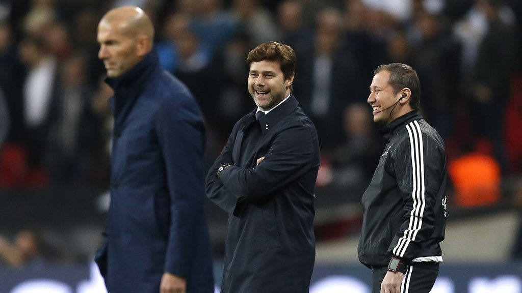 Tottenham Hotspur's Argentinian head coach Mauricio Pochettino (C) laughs by Real Madrid's French coach Zinedine Zidane (L) during the UEFA Champions League Group H football match between Tottenham Hotspur and Real Madrid at Wembley Stadium in London, on November 1, 2017. / AFP PHOTO / IKIMAGES / Ian KINGTON