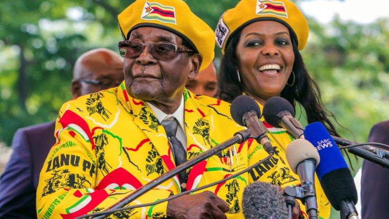 (FILES) This file photo taken on November 8, 2017 shows Zimbabwe's President Robert Mugabe (L) addressing party members and supporters gathered at his party headquarters to show support to Grace Mugabe (R) becoming the party's next Vice President.  Robert Mugabe has been removed as president of Zimbabwe's ruling ZANU-PF party and replaced by his former vice president, a party delegate told AFP on November 19, 2017 outside a meeting in Harare. Grace Mugabe was also expelled from Zimbabwe's ruling ZANU-PF according to party official. / AFP PHOTO / Jekesai NJIKIZANA