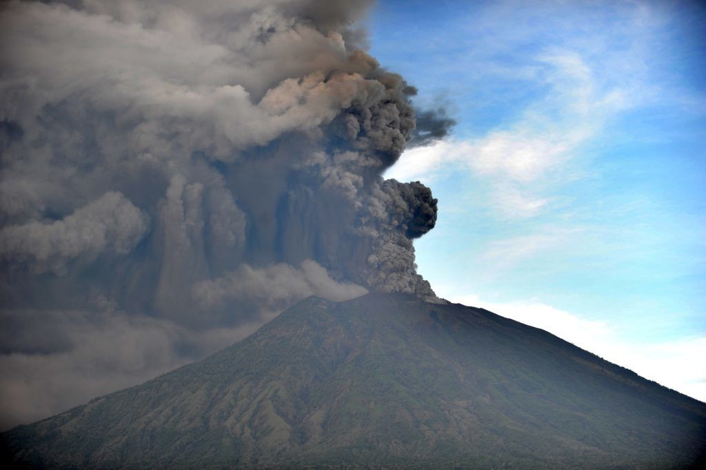 General view of Mount Agung during an eruption seen from Kubu sub-district in Karangasem Regency, on Indonesia's resort island of Bali on November 26, 2017.  Mount Agung belched smoke as high as 1,500 metres above its summit, sparking an exodus from settlements near the mountain. / AFP PHOTO / SONNY TUMBELAKA