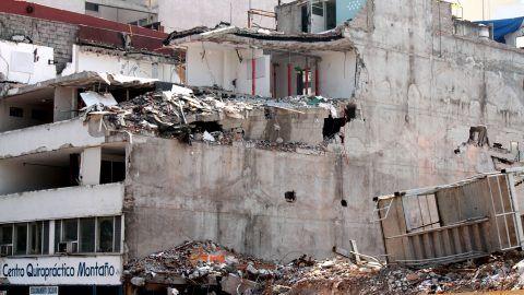 71102228. México, 2 Nov 2017 (Notimex- Bernardo Moncada).- Al pie de los escombros del edificio de Álvaro Obregón 286, que colapsó en el sismo del 19 de septiembre, se colocó una ofrenda simbólica en homenaje a las víctimas, en el marco del este Día de Muertos.  NOTIMEX/FOTO/BERNARDO MONCADA/BMR/HUM/MUERTOS17/SISMO17