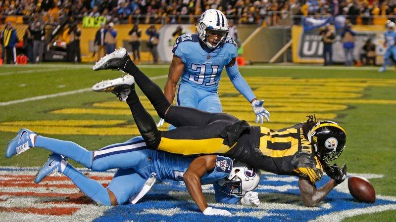 PITTSBURGH, PA - NOVEMBER 16: Martavis Bryant #10 of the Pittsburgh Steelers cannot make a catch on a pass thrown by Ben Roethlisberger #7 in the first half during the game against the Tennessee Titans at Heinz Field on November 16, 2017 in Pittsburgh, Pennsylvania.   Justin K. Aller/Getty Images/AFP