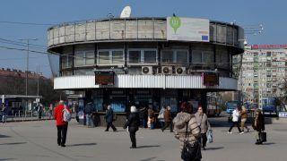 Életkép - Budapest - Utasok és járókelők az Örs vezér terén