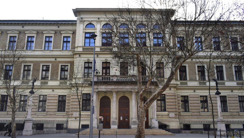 Budapest, 2017. február 19. A Budapesti Gazdasági Egyetem Kereskedelmi, Vendéglátóipari és Idegenforgalmi Kar épülete az V. kerület, Alkotmány utca 9-ben. MTVA/Bizományosi: Róka László  *************************** Kedves Felhasználó! Ez a fotó nem a Duna Médiaszolgáltató Zrt./MTI által készített és kiadott fényképfelvétel, így harmadik személy által támasztott bárminemû – különösen szerzõi jogi, szomszédos jogi és személyiségi jogi – igényért a fotó készítõje közvetlenül maga áll helyt, az MTVA felelõssége e körben kizárt.