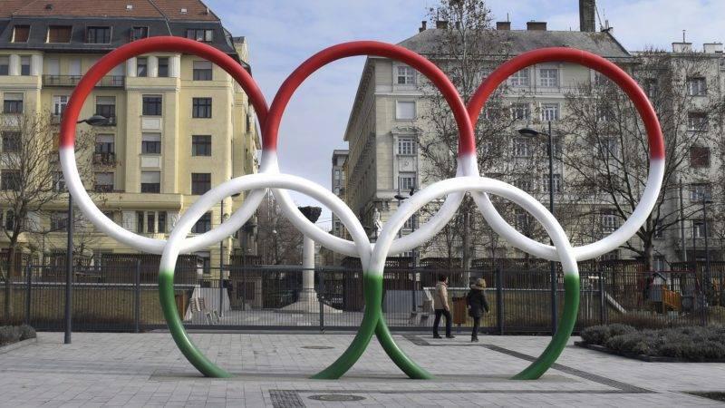 Budapest, 2017. február 19. Mihály Gábor szobrászmûvész 2014-ben felavatott, nemzeti színekben pompázó 3,5 méter átmérõjû karikákból álló Olimpiai ötkarika címû kompozíciója a Duna-parton, a fõváros V. kerületében, az Olimpia Parkban. MTVA/Bizományosi: Róka László  *************************** Kedves Felhasználó! Ez a fotó nem a Duna Médiaszolgáltató Zrt./MTI által készített és kiadott fényképfelvétel, így harmadik személy által támasztott bárminemû – különösen szerzõi jogi, szomszédos jogi és személyiségi jogi – igényért a fotó készítõje közvetlenül maga áll helyt, az MTVA felelõssége e körben kizárt.