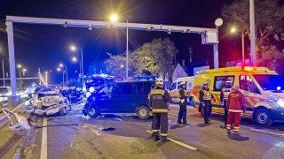 Budapest, 2017. november 2. Rendõrök helyszínelnek Budapesten, az M3-as autópálya kivezetõ szakaszán, ahol négy személygépkocsi és egy mikrobusz ütközött 2017. november 1-jén. A balesetben hárman megsérültek. MTI Fotó: Lakatos Péter