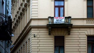 Budapest, 2016. január 27. Eladó használt lakást hirdetõ transzparens a fõváros V. kerületében, a Váci utca egyik kis mellékutcájában álló régi lakóépület erkélyén. MTVA/Bizományosi: Jászai Csaba  *************************** Kedves Felhasználó! Ez a fotó nem a Duna Médiaszolgáltató Zrt./MTI által készített és kiadott fényképfelvétel, így harmadik személy által támasztott bárminemû – különösen szerzõi jogi, szomszédos jogi és személyiségi jogi – igényért a fotó készítõje közvetlenül maga áll helyt, az MTVA felelõssége e körben kizárt.