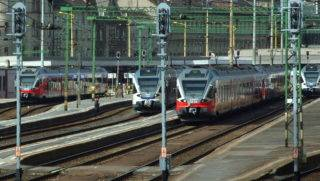 Budapest, 2017. március 17. A MÁV Start Zrt. korszerû Stadler FLIRT vonatszerelvényei várnak indulásra a fõváros I. kerületében, a Déli pályaudvar vágányain. MTVA/Bizományosi: Jászai Csaba  *************************** Kedves Felhasználó! Ez a fotó nem a Duna Médiaszolgáltató Zrt./MTI által készített és kiadott fényképfelvétel, így harmadik személy által támasztott bárminemû – különösen szerzõi jogi, szomszédos jogi és személyiségi jogi – igényért a fotó készítõje közvetlenül maga áll helyt, az MTVA felelõssége e körben kizárt.