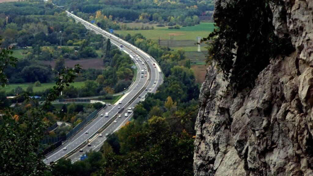 Tatabánya, 2017. október 8. A fõvárost az északnyugati országhatárral összekötõ M1-es autópálya kanyarulata a város határában, ahogy az a Kõ-hegyi Szelim-barlangból látható. MTVA/Bizományosi: Jászai Csaba  *************************** Kedves Felhasználó! Ez a fotó nem a Duna Médiaszolgáltató Zrt./MTI által készített és kiadott fényképfelvétel, így harmadik személy által támasztott bárminemû – különösen szerzõi jogi, szomszédos jogi és személyiségi jogi – igényért a fotó készítõje közvetlenül maga áll helyt, az MTVA felelõssége e körben kizárt.