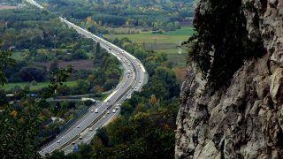 Tatabánya, 2017. október 8.A fővárost az északnyugati országhatárral összekötő M1-es autópálya kanyarulata a város határában, ahogy az a Kő-hegyi Szelim-barlangból látható.MTVA/Bizományosi: Jászai Csaba ***************************Kedves Felhasználó!Ez a fotó nem a Duna Médiaszolgáltató Zrt./MTI által készített és kiadott fényképfelvétel, így harmadik személy által támasztott bárminemű – különösen szerzői jogi, szomszédos jogi és személyiségi jogi – igényért a fotó készítője közvetlenül maga áll helyt, az MTVA felelőssége e körben kizárt.
