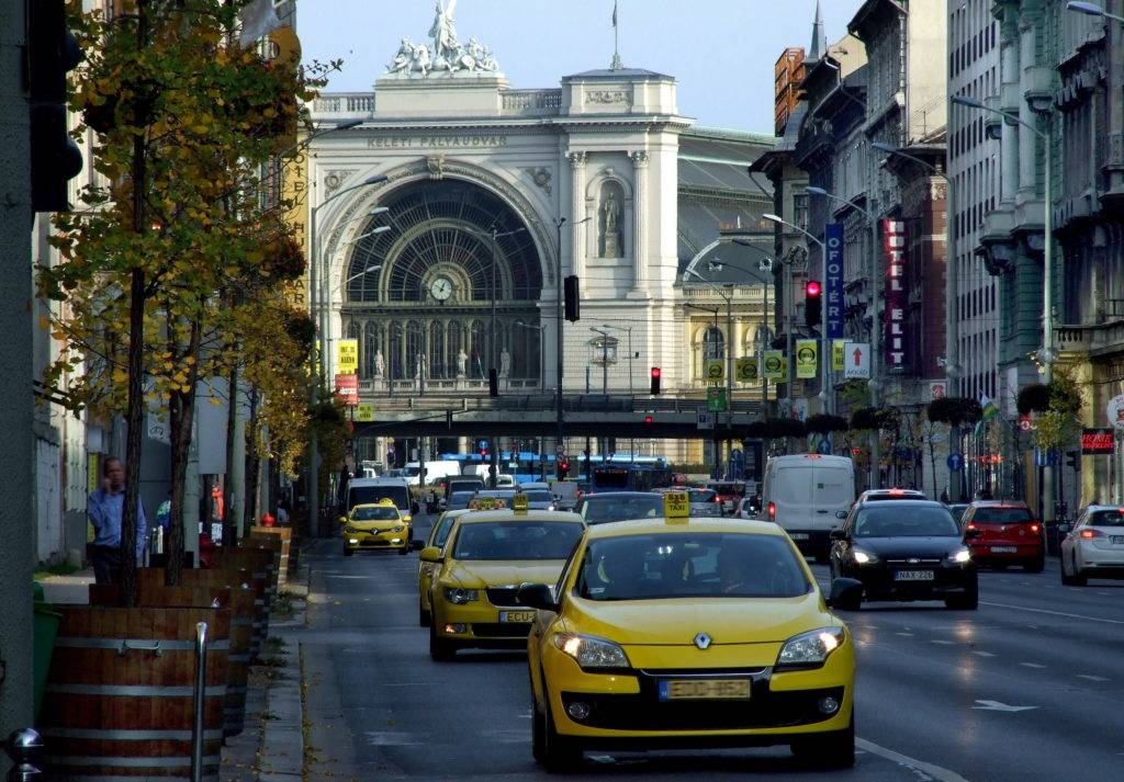Budapest, 2017. november 6. Taxi gépkocsik sora halad a Baross tértõl a Blaha Lujza tér irányába a Rákóczi úton. Háttérben a Keleti pályaudvar 1884-ben elkészült eklektikus épülete.  MTVA/Bizományosi: Jászai Csaba  *************************** Kedves Felhasználó! Ez a fotó nem a Duna Médiaszolgáltató Zrt./MTI által készített és kiadott fényképfelvétel, így harmadik személy által támasztott bárminemû – különösen szerzõi jogi, szomszédos jogi és személyiségi jogi – igényért a fotó készítõje közvetlenül maga áll helyt, az MTVA felelõssége e körben kizárt.