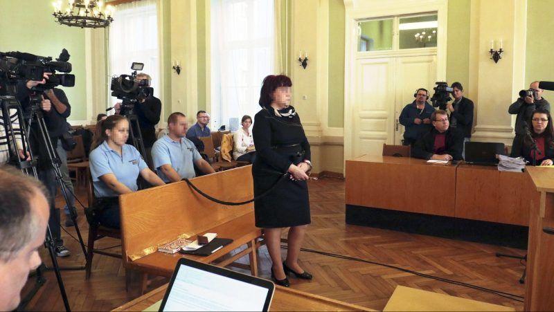 Szolnok, 2017. november 6. A Bróker Marcsiként ismertté vált D. Sándorné, a budapesti székhelyû Kun-Mediátor Kft. önálló képviseleti jogosultsággal rendelkezõ egykori vezetõje az ellene üzletszerûen elkövetett csalássorozat, jogosulatlan pénzügyi tevékenység, sikkasztás és más bûncselekmények miatt indult büntetõper tárgyalásán a Szolnoki Törvényszéken 2017. november 6-án. A vádlott az ügyészség szerint a pénzügyi jogsértések sorozatát követte el, 767 embert csapott be, több mint 12 milliárd forinttal károsította meg õket. MTI Fotó: Mészáros János