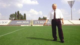 Akasztó, 1999. augusztus 2.Stadler József akasztói vállalkozó áll stadionja gyepén szabadlábra helyezése után. A vállalkozó szabadulása óta üzleti ügyeinek újraindításával és a stadion gazdaságos működtetési feltételeinek megteremtésével tölti az idejét.MTI Fotó: Újvári Sándor