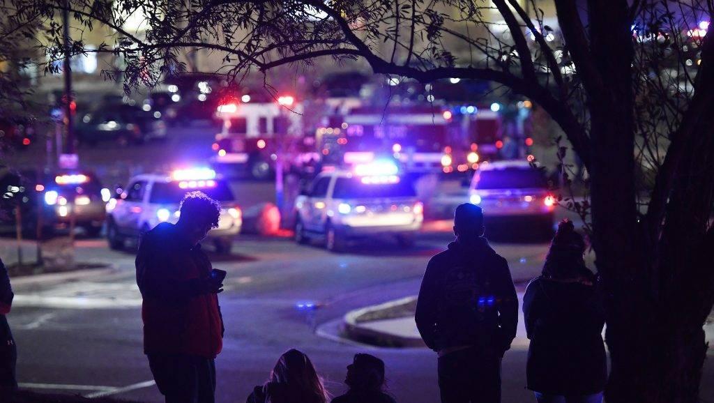 Thornton, 2017. november 2. Emberek nézik a rendõröket annál a szupermarketnél, ahol halálos áldozatokat követelõ lövöldözés volt a Colorado állambeli Thorntonban 2017. november 1-jén. A támadásban legkevesebb három ember életét vesztette, a rendõrség arról nem közöltek információt, hogy elfogták-e az elkövetõt. (MTI/AP/The Denver Post/Helen H. Richardson)