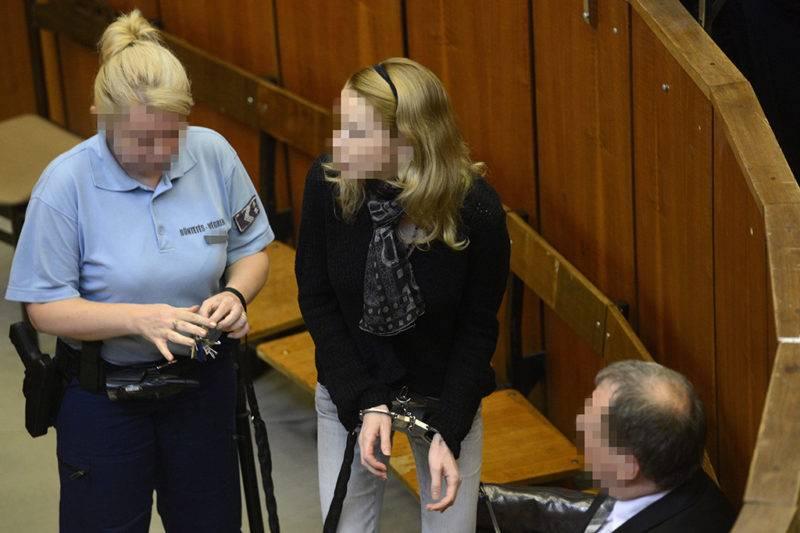 Budapest, 2014. szeptember 11.Eva Varholiková Rezesová vádlottat bevezetik az ellene négy halálos áldozatot okozó ittas járművezetés vádjával folyó másodfokú büntetőper ítélethirdetésére a Budapest Környéki Törvényszék tárgyalótermében 2014. szeptember 11-én. A bíróság súlyosbította és jogerősen 9 év börtönbüntetésre ítélte a vádlottat.MTI Fotó: Kovács Tamás