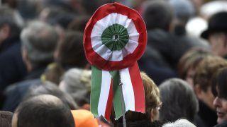 Budapest, 2017. március 15. Kokárda az 1848-49-es forradalom és szabadságharc 169. évfordulója alkalmából rendezett állami ünnepségen a fõvárosi Múzeumkertnél 2017. március 15-én. MTI Fotó: Kovács Tamás