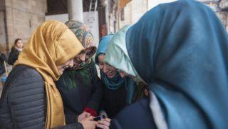 """Konya, 2014. december 9. Fiatal muszlim lányok a Mevlana Múzeum belsõ udvarán a törökországi Konyában 2014. december 9-én. Mevlana, azaz Dzsalál ad-Dín Rúmí, a legnagyobb perzsa szúfi misztikus filozófus és költõ volt. Halála után követõi a mavlavíja (mevlevi) nevû szerzetesrendbe szervezõdtek (""""kerengõ dervisek""""). MTI Fotó: Cseke Csilla"""