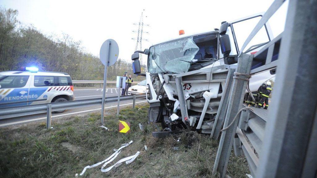 Budapest, 2017. november 10. Sérült pénzszállító autó, miután szalagkorlátnak ütközött az M51-es és az M0-s autóút csomópontjában 2017. november 10-én. A balesetben ketten megsérültek. MTI Fotó: Mihádák Zoltán