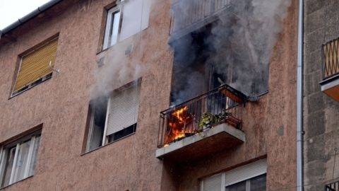 Budapest, 2017. november 16. Lakástûz a IX. kerületben egy Vaskapu utcai társasház harmadik emeletén 2017. november 16-án. A tûzoltók öt lakót menekítettek ki az épületbõl. MTI Fotó: Mihádák Zoltán