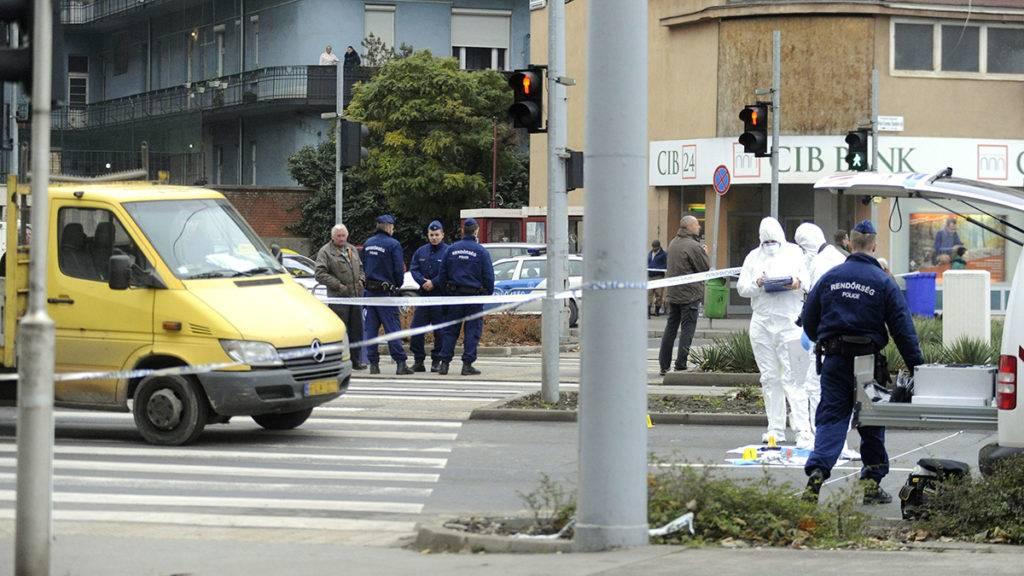Budapest, 2017. november 23.Bűnügyi technikusok helyszínelnek a 2017. november 23-án a X. kerületi Kőrösi Csoma Sándor úton, ahol kiraboltak egy bankot, a rendőrökre fegyvert fogó bankrablót pedig menekülés közben elütötte egy autó. A gyanúsítottat a mentők kórházba vitték, fegyveres rablás miatt büntetőeljárás indult ellene.MTI Fotó: Mihádák Zoltán