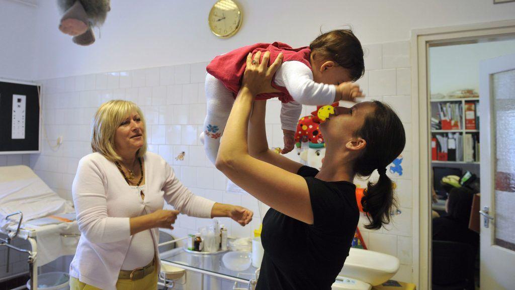 Pomáz, 2013. június 12. Pintér Zsóka védõnõ (j) egy gyermeket vizsgál a SZSZK (Szociális Szolgáltatási Központ) pomázi védõnõi közösség tanácsadó helyiségében Pomázon 2013. június 12-én. Az Év Védõnõje 2013 díjat kapták Védõnõi tanácsadói közösség kategóriában a pomázi védõnõi közösség tagjai. Az elismerést a Védõnõk Napja 2013 ünnepség keretében vették át a Semmelweis Egyetem Nagyvárad téri Elméleti Tömbjében 2013. június 13-án. MTI Fotó: Kovács Attila