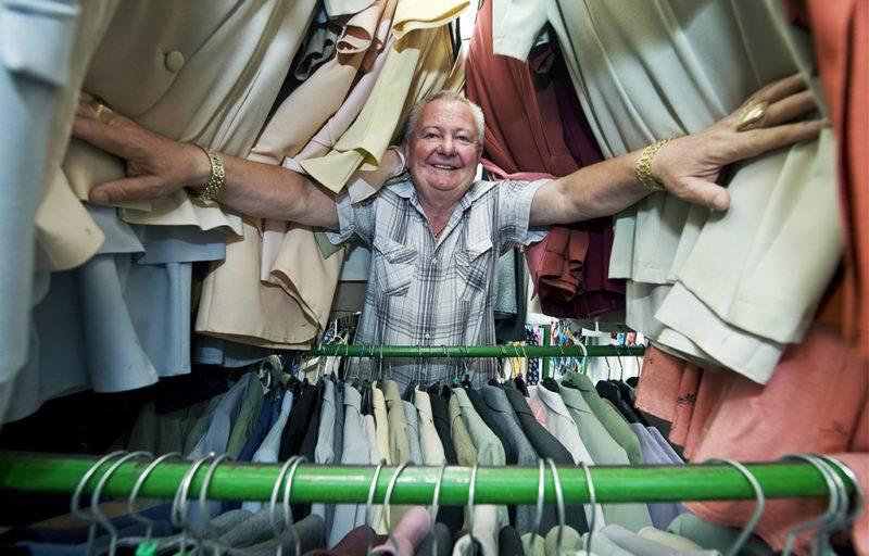 Solt, 2010. július 22.Stadler József vállalkozó mosolyog solti ruházati áruházában. A Bács-Kiskun Megyei Főügyészség vádat emelt a vállalkozó ellen, egyebek mellett különös visszaesőként, folytatólagosan elkövetett adócsalás miatt.MTI Fotó: Ujvári Sándor