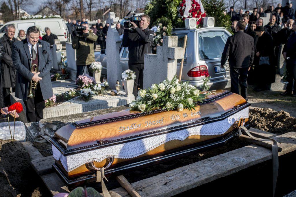 Akasztó, 2017. november 25. Stadler József temetése az akasztói temetõben 2017. november 25-én. Az egykori vállalkozó hatvanhat éves korában november 21-én hunyt el. Balra Galambos Lajos (Lagzi Lajcsi) zenész. MTI Fotó: Ujvári Sándor