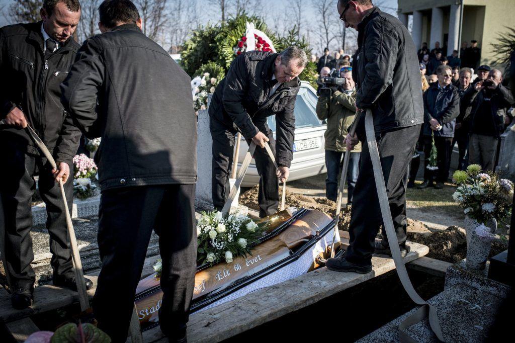 Akasztó, 2017. november 25. Örök nyugalomra helyezik Stadler Józsefet az akasztói temetõben 2017. november 25-én. Az egykori vállalkozó hatvanhat éves korában november 21-én hunyt el. MTI Fotó: Ujvári Sándor