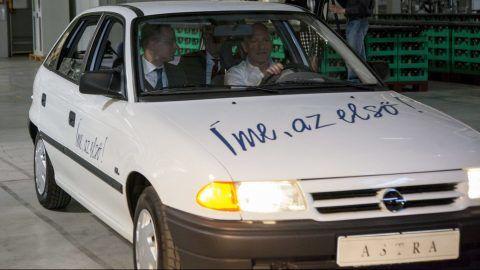Szentgotthárd, 2017. március 29. Szijjártó Péter külgazdasági és külügyminiszter (b) és Grzegorz Buchal, az Opel Szentgotthárd gyárigazgatója (j) az elsõ itt gyártott Astra személyautóban a szentgotthárdi Opel-gyár 25 éves jubileuma alkalmából tartott ünnepségen 2017. március 29-én. MTI Fotó: Varga György
