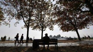 Balatonfüred, 2017. október 18. Kirándulók az októberi napsütésben a balatonfüredi Balaton-parton 2017. október 18-án. MTI Fotó: Illyés Tibor