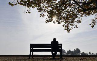 Balatonfüred, 2017. október 18. Férfi ül a padon az októberi napsütésben a balatonfüredi Balaton-parton 2017. október 18-án. MTI Fotó: Illyés Tibor